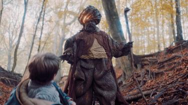 Når det gælder kostumer og scenografi gør det bestemt ikke noget, at DR1's 'Theo og den magiske talisman' er ambitiøs.