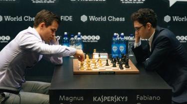 Det norske skakgeni Magnus Carlsen (tv.) genvandt onsdag aften skak-VM, da han slog den amerikanske udfordrer Fabiano Caruana med 3-0 ved omkampen i London