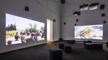 Den 105 minutter lange videoinstallation 'Crossings' blev udråbt til at være et af de mest politiske værker på sidste års Documenta i Kassel.