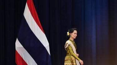 Der har altid været en kløft mellem den mytiske skikkelse Aung San Suu Kyi, som hun blev skildret i medierne, og virkelighedens Aung San Suu Kyi. Frem til valget i 2015 var hun kendt verden over som en helgenfigur, der var beundret af både Vesten og Myanmars mange forskellige etniske grupper. Men i de seneste tre år er glansen gået af hende.