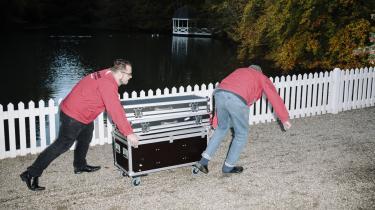 SoupSteak&ICE slæber selv udstyr og sætter scenen op. Et af bandmedlemmernes svigerfar er hyret som roadie.