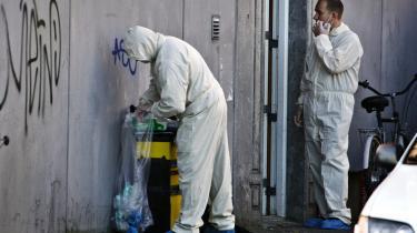 Politiet slog til i den såkaldteGlasvej-sag efter et tip fra »amerikanerne«, siger Jakob Scharf i bogen 'Syv år forPET'. Det er et af de punkter, hvor PET mener, at Scharf har brudt sin tavshedspligt. Billedet er fra, daPolitiets Efterretningstjeneste (PET) slog til mod 11 adresser i jagten på formodede terrorister. I enboligblok på Glasvej i Københavns Nordvestkvarter blev samtlige beboere evakueretaf frygt for, at sprængstof skulle eksplodere.