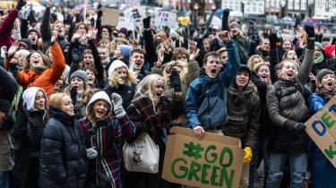 Børn og unge havde medbragt hjemmelavede skilte til fredagens klimastrejke ved Christiansborg, og der blev spillet musik og danset for at holde varmen.