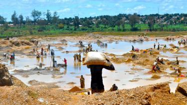 Mobiltelefoner indeholder uundværlige metaller, eksempelvis guld, sølv, kobber, niobium og tantal, som graves op i miner i DR Congo.