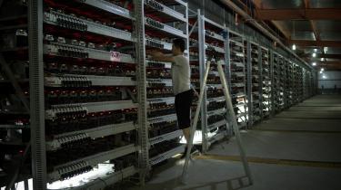 I 'Bitcoin – frie penge' er hovedpersonen den virtuelle valutakurs, der ser ud til kun at gå opad, indtil den på dramatisk vis krakker hen imod bogens slutning. Højt at flyve, dybt at falde. Ikaros-myten genfortalt i markedsværdier. Men det er stadig mennesker, som er i centrum. Bogen belønner læseren med indsigt i en række ellers obskure fællesskaber. På fotoet ser vi en medarbejder på en såkaldt Bitcoin-farm i Kina.
