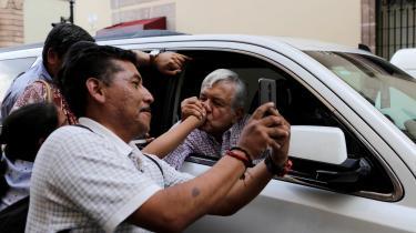Andrés Manuel López Obrador (i bilen) vil skabe bedre vilkår for mindre landbrug.