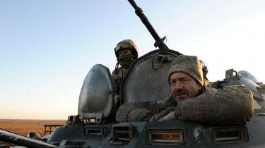 Ukrainske soldater på øvelse i nærheden af Mariupol i torsdags. Byen har med dens 500.000 indbyggere været i frontlinjen under de seneste fire års konflikt med Rusland.