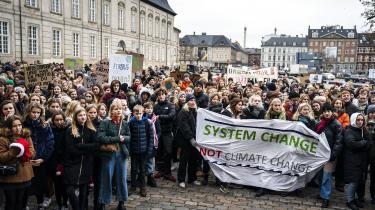 Skoleelever i Danmark droppede i fredags undervisningen og demonstrerede i stedet for mere handling imod klimaforandringerne.
