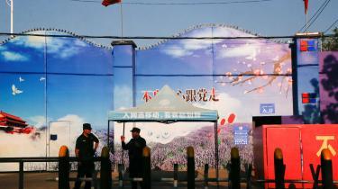 Sikkerhedsvagter uden for et center i Huocheng i Xinjiang-provinsen. De kinesiske myndigheder kalder det for et uddannelselscenter, hvor uighurerne undervises i kinesisk sprog, men reelt tilbageholdes de under fængselslignende forhold som en del af en kinesisk kampagne, der har som mål at udrydde ekstremisme og separatisme, mener kritikere. Beretninger fra lejrene vidner om overfyldte celler, politisk indoktrinering, tvangsarbejde og brug af tortur.