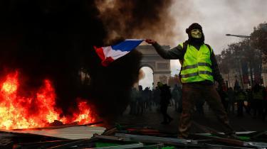 Gnisten til De Gule Veste var nye grønne afgifter på benzin og diesel, men selv om Frankrigs regering i går udsatte disse afgifters ikrafttræden og manede til dialog, tyder intet på, at en stadig mere radikaliseret protestbevægelse vil lade sig pacificere