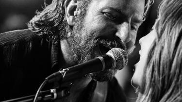 Grundskabelonen i filmhistoriens håndfuld af  'A Star Is Born'-versioner fortæller os, at manden kan løfte kvinden op på sit niveau, men at kvinden på tragisk vis ikke kan gøre det samme tilbage. I Bradley Coopers monsterlækre udgave med en genial Lady Gaga er forelskelsen mere troværdig end nogensinde før, mens nedturen kræver lidt spøjse krumspring for at få til at give mening