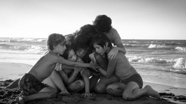 Alfonso Cuaróns 'Roma' følger den fåmælte Cleo (Yalitza Aparicio), der arbejder for en familie i Mexico City i 1970'erne, og filmen er en dybt gribende, konsekvent egensindig fortælling om kvinderne, der efterlades af deres mænd.