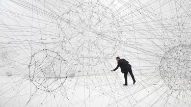 Selvom Tomás Saraceno har arbejdet med sine fremtidsmodeller og biosfærer i mange år, forekommer hans kunst mere aktuel end nogensinde. I den betagende udstilling 'On Air' kan man blandt andet hive i snorene i et gigantisk edderkoppespind og se hvordan det påvirker hele værket.  Tomás Saraceno: 'Galaxies forming along filaments', 2009.