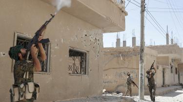 Kurdiske styrker fra YPG (Den Kurdiske Beskyttelsesfront) skyder mod en drone, som IS har sendt ind over Raqqa i Syrien i juni 2017. Den sigtede i danske dronesag er en del af et større netværk, der har forsynet IS med droner.
