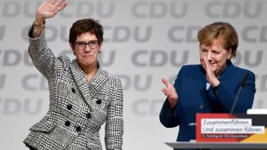 De borgerlige Merkel-kritikere, der havde den genopstandne finansjurist Friedrich Merz som favorit, vil nu svælge i undergangsfantasier på CDU's vegne, efter Merkels ønskekandidat Annegret Kramp-Karrenbauer fredag vandt gyservalget om formandsposten i CDU. Men de ignorerer, at tysk politik frem for alt udspiller sig i midten