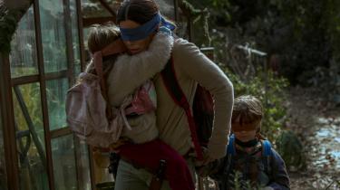 Malorie (Sandra Bullock) på flugt sammen med Pige og Dreng i Susanne Biers intense dommedagsthriller, 'Bird Box'.