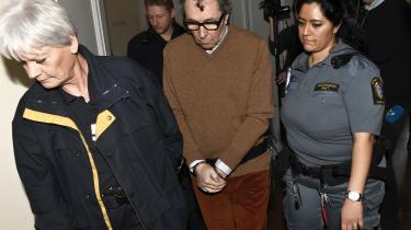 Den nu voldtægtsdømte kulturprofilJean-Claude Arnault bliver ekskorteret ud af retten i Stockholm.
