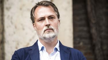 Red Barnets bestyrelse valgte fredag at afskedige generalsekretær Jonas Keiding Lindholm. Han bærer ifølge organisationens bestyrelsesformand et »tungt ansvar for«, at fem medlemmer af topledelsen har sagt op det seneste halvår. »Jeg er nok en ret kontant leder,« siger Lindholm selv