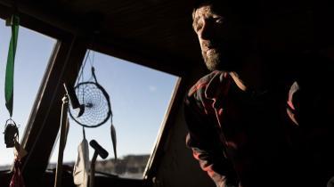 Fredens Havn er en lejr af både og bådvrag, der er vokset frem i kanalen ved Holmen i København som en flydende hippielejr og en politisk irritationskilde, hvis fremtid er mere end usikker. Esben Bang har startet havnen og er den, der har boet der i længst tid.