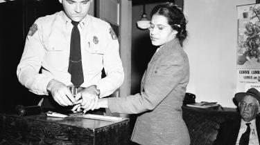 Rosa Parks får taget fingeraftryk af politiet i Montgomery. Året er 1956, og hun er sammen med en række andre borgere anklaget for at overtræde reglerne om raceadskillelse.