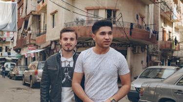 Subhi Jamal (t.v.) og Ali har her sidst på efteråret haft mulighed for at mødes i Beirut. Subhi Jamal bor med sin bror og dennes kone i huset i baggrunden. Ifølge Ali taler alle på gaden med syrisk accent.