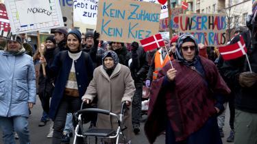 Udstyret med dannebrog og alskens slogans demonsterer omkring 400 mennesker i berlinerbydelen Neukölln mod den danske pensionskasse PFA, som har købt de ejendomme, de bor i. Dermed vil de lægge pres på bystyret for at få dem til at gøre brug af den kommunale forkøbsret, så de er bedre sikret mod huslejestigninger.