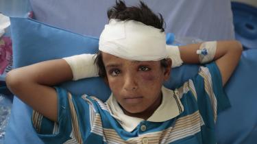 Det er blandt andetSaudi-Arabiens krig i Yemen, der har fået danske pensionsselskaber til at genoverveje deres investeringer i saudiske statsobligationer. Her en dreng, der blev såret i et bombeangreb, foretaget af den saudisk ledede koalition i byen Saada.