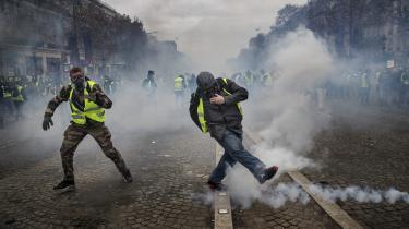 Demonstranter fra De Gule Veste på gaden tidligere på måneden. Deres krav om forandring er både for store og for små, mener Slavoj Žižek. Der mangler en samlet vision, og kravene er alle sammen formuleret inden for rammerne af det eksisterende system, hvor de burde udfordre dem.
