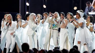 Ved Grammy-uddelingen 2018 påtrådte Kesha (midten) sammen med blandt andre Bebe Rexha, Cyndi Lauper, Camila Cabello, Andra Day og Julia Michaels.