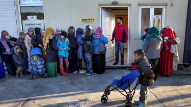 De unge mandlige syriske flygtninge i Tyrkiet håber på at kunne undgå værnepligten. På billedetses en gruppe syriske flygtninge på øen Lesbos.