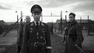Klæder skaber folk – og monstre. Soldaten Willi Herold (Max Hubacher) bliver til officeren kaptajn Herold i Robert Schwentkes brutalekrigsdrama, 'Kaptajnen'. Foto: Miracle Film