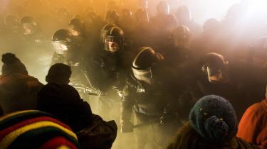 Demonstranter bliver mødt af politiet i Budapest 13. december. Trods massiv opbakning bliver protesterne fortiet i de ungarske medier, mens Viktor Orbans talsmænd afviser, at demonstranterne har folkelig opbakning.