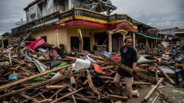 Lørdag aften blev de indonesiske øer Java og Sumatra ramt af en tsunami, der indtil videre har kostet over 420 mennesker livet. Myndigheder frygter, at det ineffektive advarselssystem, som i praksis har været ude af drift siden 2012, kan have forværret ødelæggelserne og advarer om muligheden for endnu en tsunami