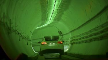 En Tesla testes i en tunnel i den sydlige del af Los Angeles. »Hvis man ser omstillingen som et cykelløb, så sidder stort set alle de store producenter med i hovedfeltet, og der er kun én koncern, der for alvor er i udbrud. Det er Tesla. Vi vil i de næste år se, hvem fra hovedfeltet der vil indhente Tesla,« siger Ferdinand Dudenhöffer, der er professor i biløkonomi.