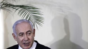 Den israelske premierminister har udskrevet valg i utide for at komme to problemer, der truer hans karriere, i forkøbet