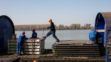 Arbejdere ved HBIS-stålværket i Serbien. Landet er splittet mellem en fremtid i EU og modstanden mod samme. På mange måder er båndet til Rusland stærkere – og også Kina, der bl.a. har overtaget stålværket, gør kur til serberne.