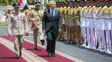 Den daværende amerikanske forsvarsminister Chuck Hagel modtages af Egyptens daværende forsvarsminister Abdel Fattah al-Sisi ved et besøg i april 2013. Få måneder senere overtog Sisi magten i landet efter et militærkup.