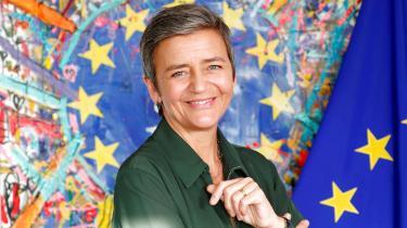 Den danske EU-kommissær har især ét kort på hånden i jagten på at afløse Jean-Claude Juncker som formand for EU-Kommissionen: Lige nu er hun en stjerne som ingen anden i Bruxelles