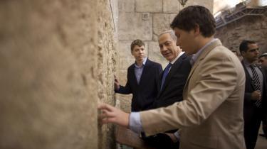 BenjaminNetanyahu ved Grædemuren sammen med sine to sønner. Korruptionssager har skabt blæst om den israelske leder, men for mange israelere er 'Bibi's evne til at skabe sikkerhed vigtigere.