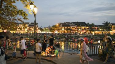 Den vietnamsiske kystby Hoi An er på størrelse med Aalborg, men sidste år blev den besøgt af over tre millioner turister, skriver dagens kronikører.