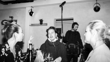 »Vi kan hele tiden ændre i planen. Det er mig og Julie, der sammen med de folk, der arbejder på settet, beslutter, hvordan vi gør. Det gør det enormt effektivt,« fortæller Jesper Zuschlag, der her ses under optagelserne til et nyt afsnit af serien 29 med seriens medskaber Julie Rudbæk (tv) og skuespiller Amalie Lindegaard (th)