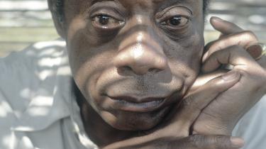 James Baldwins kritik af et antændt og splittet USA bliver atter hørt. 'Giovannis værelse', som vi nu får i nyoversættelse, udspiller sig blandt hvide mænd i Paris, men det handler stadig om minoriteters frygt og bitterhed