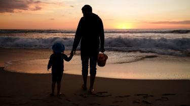 Jeg er opvokset med en enlig far og har tydeligt mærket mistroen, især fra kvinder, over for vores familiekonstellation. Den mistro præger også mænds og kvinders muligheder for at få børn, hvis de er alene