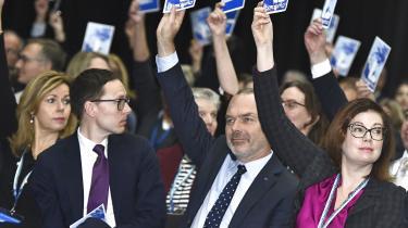 Formand Jan Björklund og resten af Liberalerna stemte søndag ja til at bakke op om Stefan Löfven som statsminister i Sverige