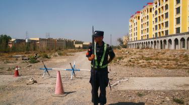 En soldat står vagt uden for et 'uddannelsescenter' i Yining i Kinas Xinjiang-provins. Centrene er vokset voldsomt i størrelse i de senere år. En meget stor andel af den lokale muslimske uighur-befolkning bliver interneret i lejrene, hvor de bliver omskolet politisk efter centralregeringens ønske.