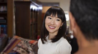 Den japansk oprydningsekspert Marie Kundo afslører i et afsnit af sin tv-serie på Netflix, hvordan man folder et stræklagen.