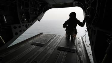 En soldat fra De Forenede Arabiske Emirater kigger ud over det vigtige Bab al-Mandab-stræde ved Yemen. Nu stopper udenrigsminister Anders Samuelsen (LA) eksport af våben til Emiraterne.