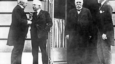 Den britiske premierminister Lloyd George (tv.), den italienske præsident Vittorio Orlando (2. tv.), franske Georges Clemenceau (2.th) og USAs præsident Woodrow Wilson på Pariserkonferencens første dag.