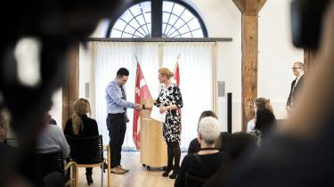 Inger Støjberg trykker hånden på en af de ni nu danske statsborgere.
