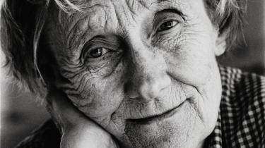 Astrid Lindgren knytter sig tæt til Louise Hartung. Fælles for dem er – ud over behovet for brevskrivningens frirum – et flittigt arbejdsliv og momentan stress, et højt intellektuelt niveau og fælles nydelser: naturen, årstiderne, nærvær. Louise Hartung sender blomster og blomsterløg, som plantes i Astrid Lindgrenssommerhus.